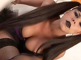 Goth babe Diamond Kitty toys her asshole