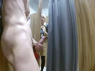 Dick flash SHE LIKE!!! In camerino a cazzo duro. Una tipa passa e guarda