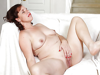 USA milf Sonnic wants you to watch her doing naughty things